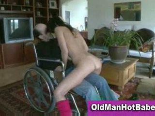 Vecs vīrietis un karstās brunete