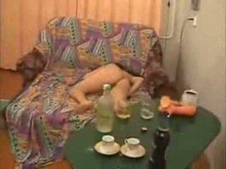 Guys gehen zu weit mit betrunken hochschule mädchen video