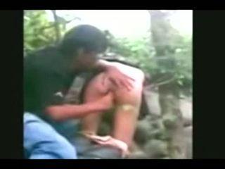 Indonesia- jilbab hijab fille baisée par bf en une jungle