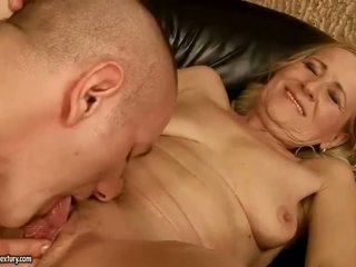 Sensuous grandmother dicklicking a výroba láska youthful snake