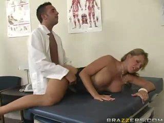 Ondeugend rondborstig blondine slet gets haar poesje geneukt hard door gynecologist