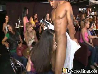 Un local bar packed con guyies a chupar atletas