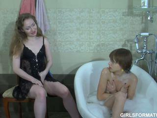 Two kimainen lesbot pelata kanssa kukin muut muff sisään kylpyhuone