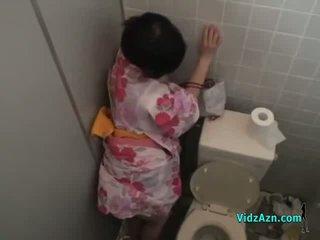 เอเชีย หญิง ใน kimono ระยำ จาก หลัง สำเร็จความใคร่ ไปยัง ตูด ใน the toilette