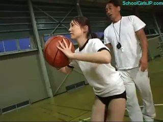 Koolitüdruk sisse koolitus kleit fingered poolt the treener edasi the korvpall koolitus