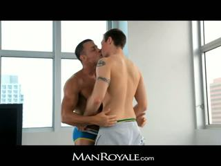 Manroyale guy massages a bodybuilder's ควย