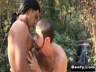 Stark duck mann kiss und tun liebe