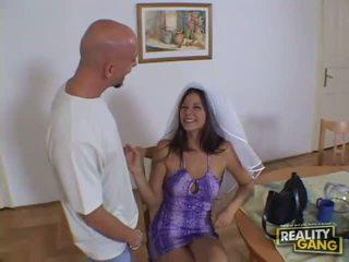 Incrível sexy ruiva miúda a despir-se em o living quarto