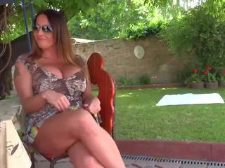 Rūdmataina lesbiete skaistule licking ārā viņai krūtainas māte