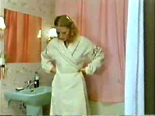 Sister und bruder spielend doktor während mutter ist showering video