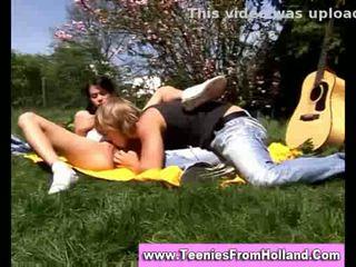 Brunette tiener zuigen en getting licked outdoors