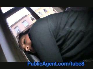 Publicagent ze flashes haar boezem op de straat voor seks