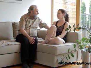 Vilain tchèque ado lets vieux homme baise son doux audacieux chatte quand boyfriend comes
