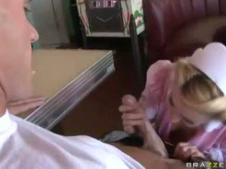 Lusty serveerster lexi belle stuffs haar throat met een thick shaft en enpleasures het