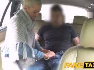 Faketaxi मॅरीड महिला sucks और fucks driver