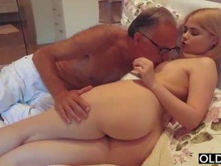 18 yo หญิง การจูบ และ fucks เธอ ขั้นตอน พ่อ ใน ของเขา ห้องนอน