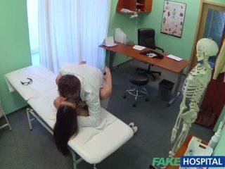 De innocent dokter gets trio neuken