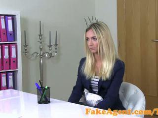 Fakeagent haýran galdyryjy blondinka fashion student fucks in kino düşmek