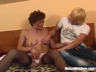 Rousse grand-mère en laced bas fucks jeune bite <span class=duration>- 20 min</span>