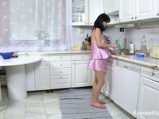 Cantik & hamil babe fucks dalam yang dapur