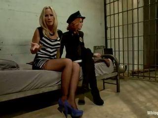 Scarlet kopf polizist elle alexandra shafts und dominates blond inmate simone sonay