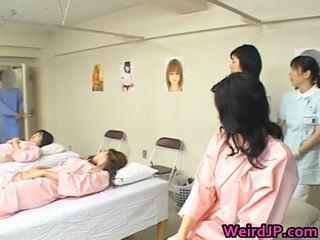 Azijietiškas žmona yra examining female workers