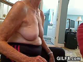 Blondīne vecmāmiņa gives a minēts