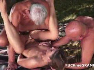 Two 角質 老 men 性交 由 年輕 孩兒