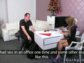 Female agent gives egy lábszex -ban neki iroda