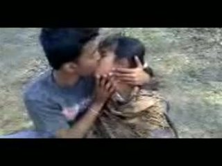 ইন্ডিয়ান couples চুমাচুমি outdoors