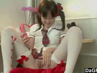 Jong aziatisch tiener discovering haar lichaam