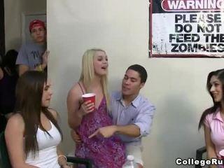 Slutty schwesternschaft mädchen party schwer mit frat boys