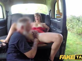 Fake taxi senhora em curto vestido gets um taxi ejaculação interna
