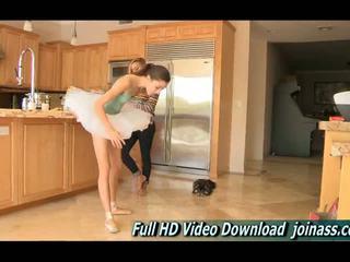 Claire shes a balerīna un brought viņai ballet apavi un