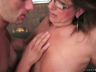 Großmutter enjoying heiß sex mit jung mann