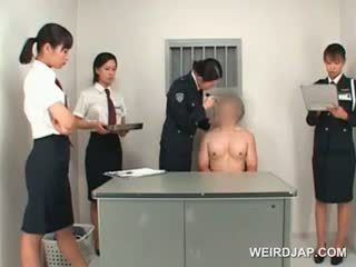 Azjatyckie policja kobieta toying male ciasne tyłek na a tabela