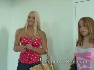 Strap op lesbisch tiener in douche met haar friends
