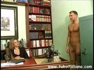 Piss; 意大利人 female 经理