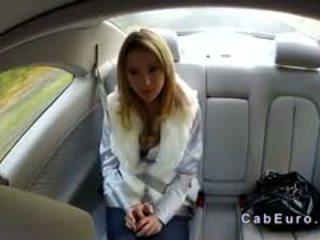 Τσέχικο ξανθός/ιά bangs επί hood του taxi
