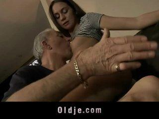 Vecs vīrietis ir jāšanās cutie jauns pakaļa