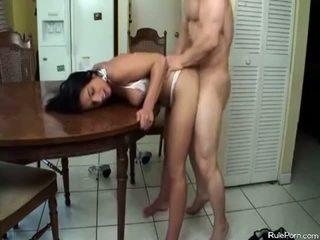 热 妈妈 gets 性交 在 该 厨房