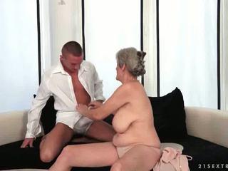 Krūtinga močiutė enjoys karštas seksas su jos boyfriend