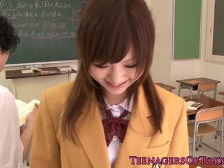 Ultracute japans schoolmeisje zuigen piemel