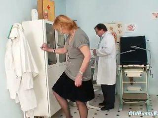 Vecs vāvere eksāmens: vecmāmiņa kvetuse goes līdz the gynecologist