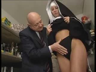 Italiana latina freira abusada por porcas velho homem