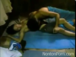 Indo двойка насладете се чукане при на етаж