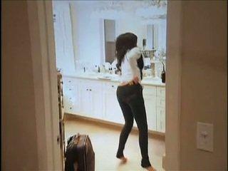 Kim kardashian flashes sie oustanding brüste und mollig hintern während im sofa