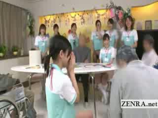 Bottomless japans verpleegster sixtynine pijpen in publiek