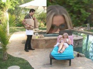 Heet milf julia ann geneukt door de handsome zwembad guy