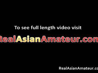 Naakt aziatisch tiener plays met reusachtig dildo